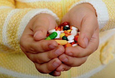 Лекарства в руках ребенка