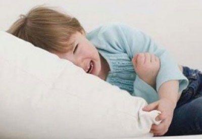Болит живот у ребенка