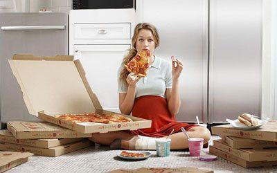 Беременная ест пиццу