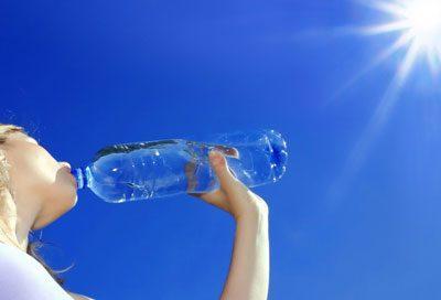 Пить воду в жару