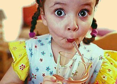 Ребенок пьет напиток