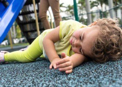 Ребенок упал на площадке