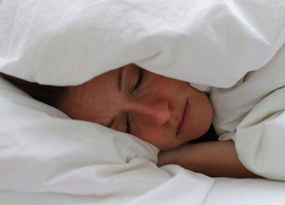 Девушка в теплой постели