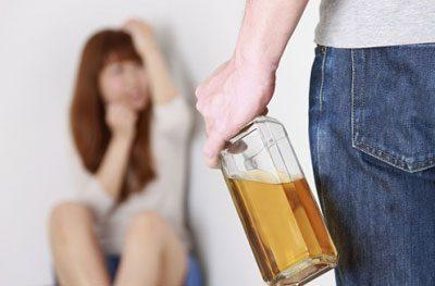 Отравление суррогатным алкоголем: симптомы, последствия, первая помощь