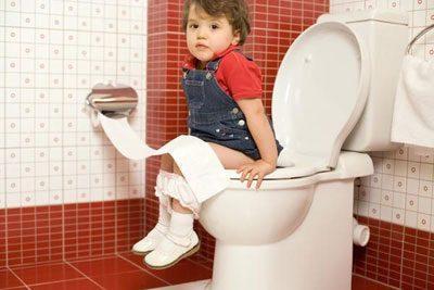 Ребенок на унитазе