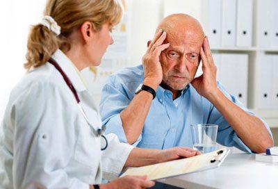 Пожилой человек у врача