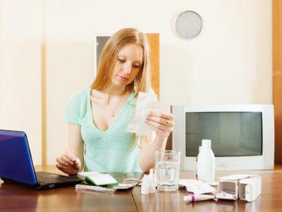 Девушка читает инструкции по применению лекарств