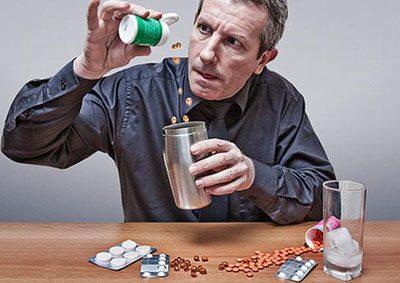 Человек пьет лекарства