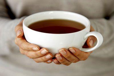 Чай в руках девушки