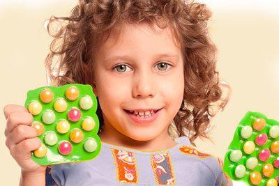Витамины в руках ребенка