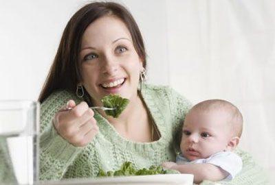 Мама ест овощи