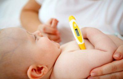 Измеряют температуру ребенку