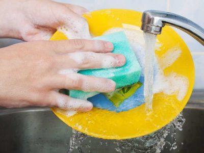 моют посуду