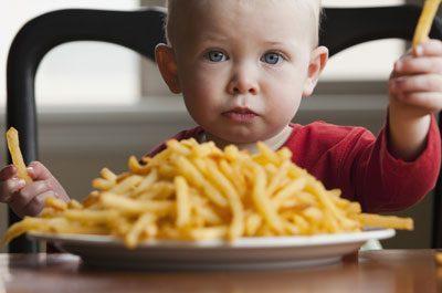 Ребенок есть картошку фри