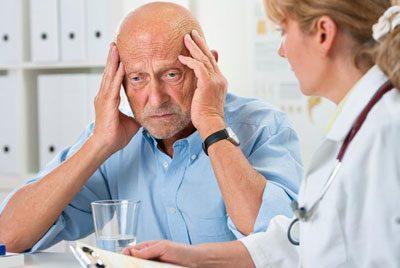 Пожилой человек у доктора