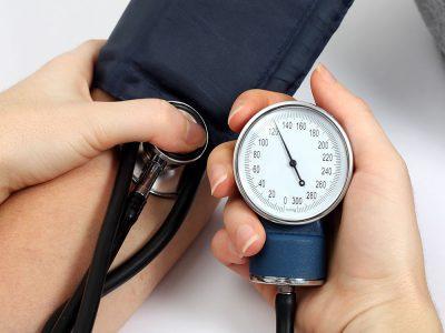 Повышаются показатели артериального давления;