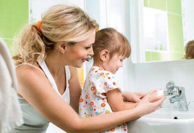 Мытье рук ребенка