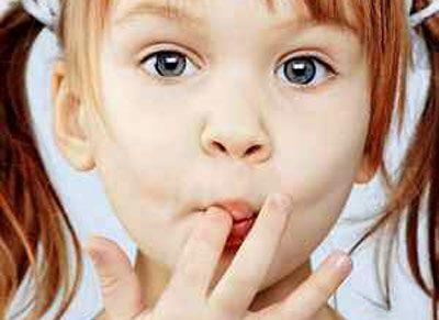 Ребенок кладет руки в рот