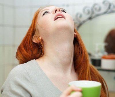 Девушка полоскает рот
