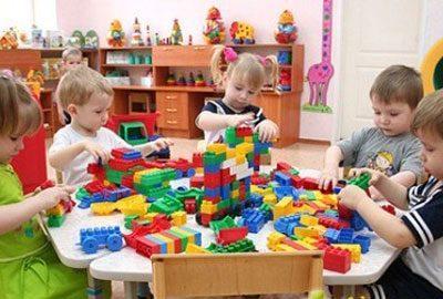 Дети играют в группе
