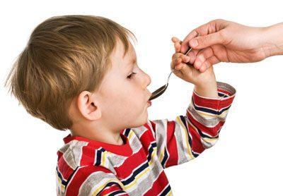 Поить ребенка из ложечки