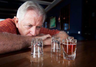 Пожилой человек в баре