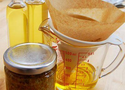 Процеживание масла чистотела