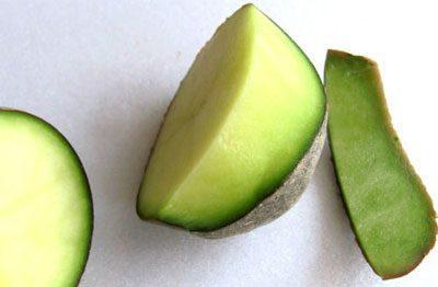 Разрезанный позеленевший картофель