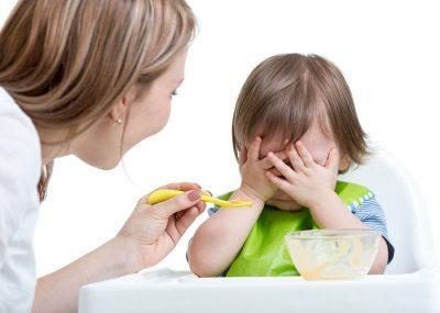 Родители заставляют ребенка есть насильно.
