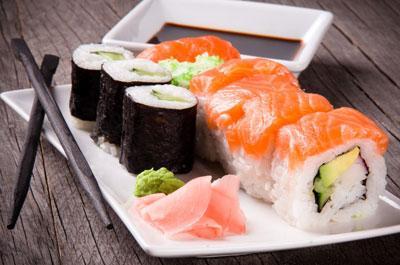Как проявляется отравление некачественными роллами и суши