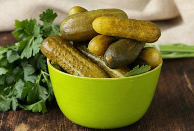 Можно ли отравиться солеными или маринованными огурцами