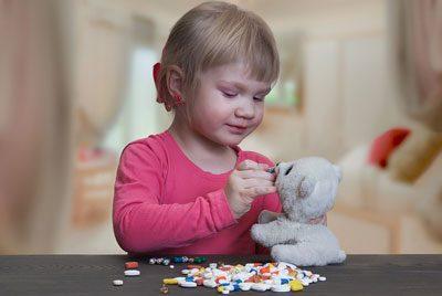Ребенок играет с лекарствами