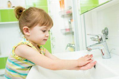 Ребенок моет руки