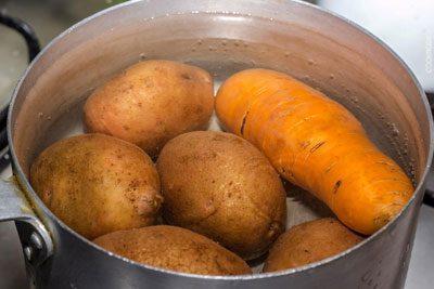 Варка картофеля и моркови