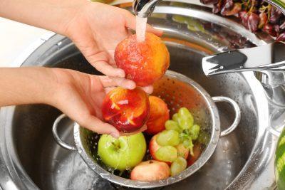 Моют фрукты